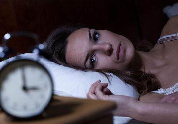 femme triste regarde horloge