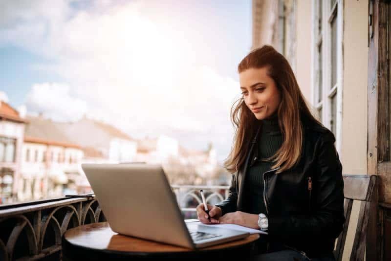 Jeune femme d'affaires travaillant en plein air