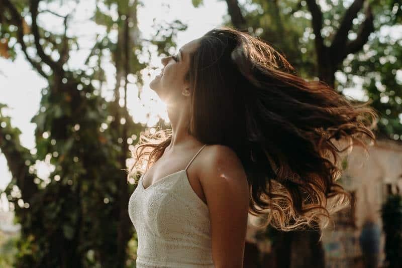 une femme amoureuse regardant le ciel