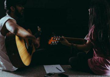 Un couple romantique joue de la guitare