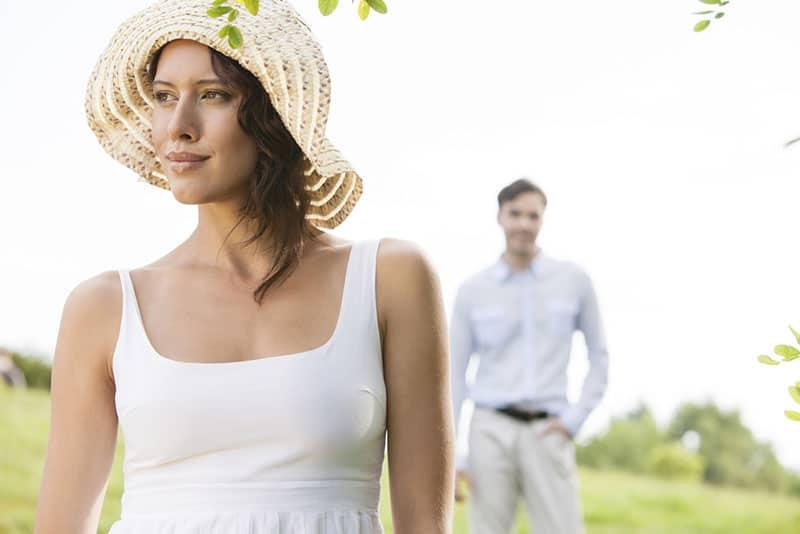 jolie femme avec un chapeau