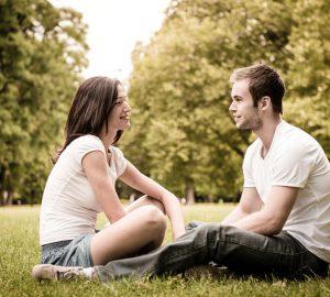 jeune couple, séance herbe, et, conversation