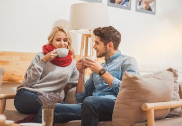 jeune couple, boire café