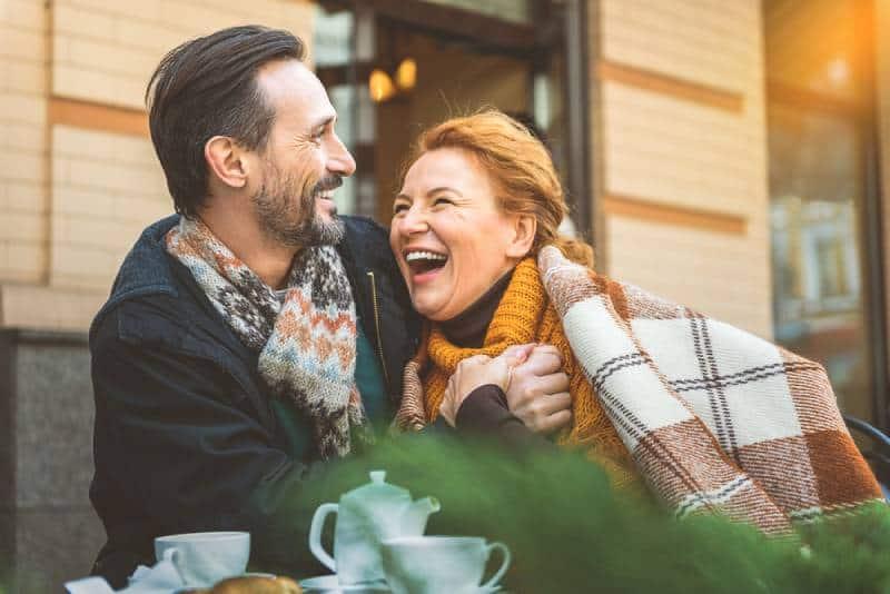 Rencontre entre un homme et une femme dans un café