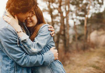 beau couple étreindre dans la nature