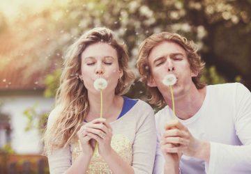 couple soufflant la fleur