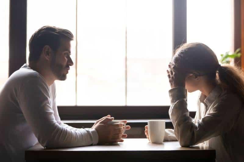 Un couple en colère qui parle au café