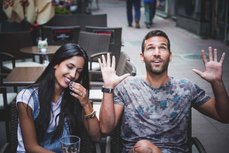 Un couple enjoué qui rit dans un bar