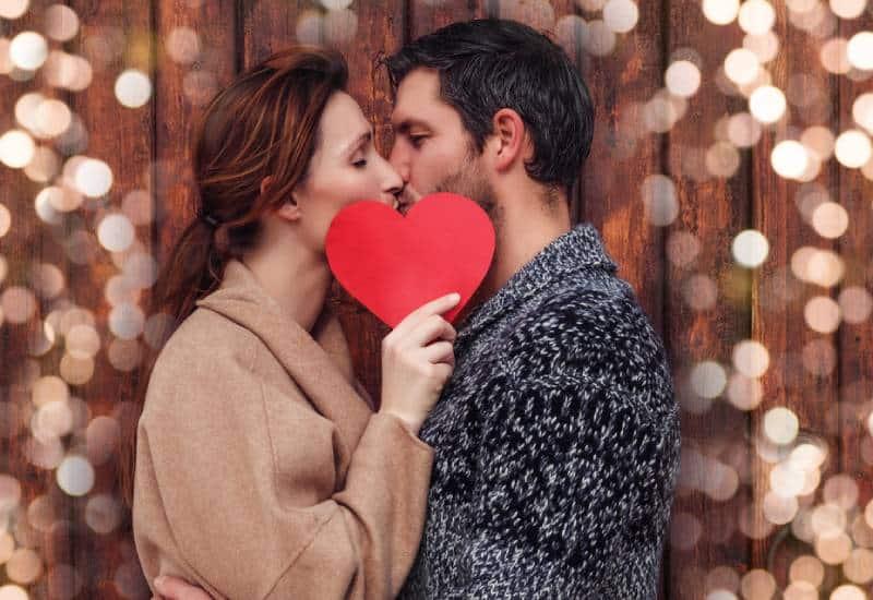 Un couple heureux s'embrassant à l'extérieur