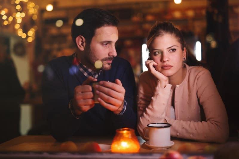 Un couple triste qui a un conflit et des problèmes relationnels