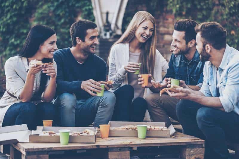 Un groupe de jeunes gens joyeux qui se parlent