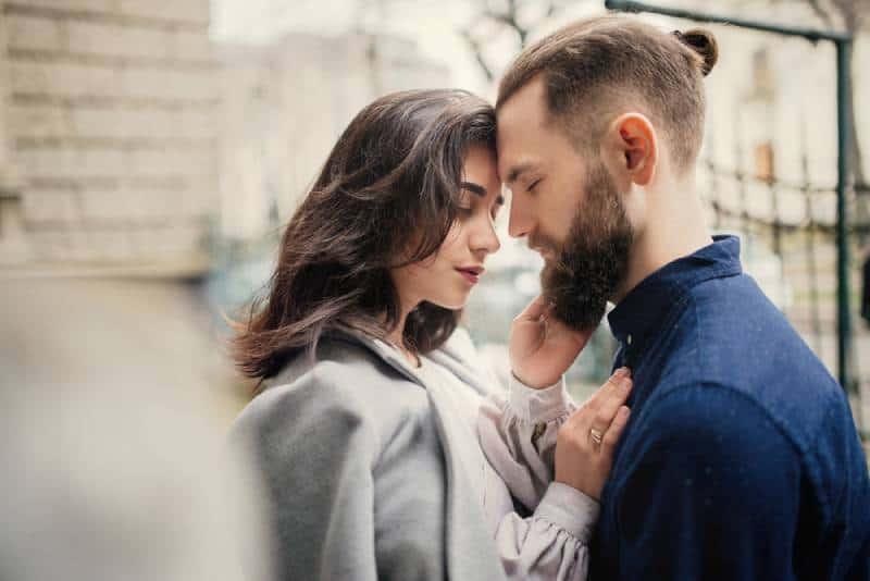 Un jeune couple amoureux, qui s'embrasse dans la rue
