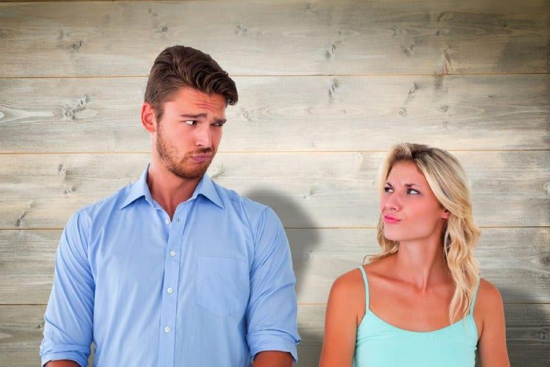 Un jeune couple fait des grimaces