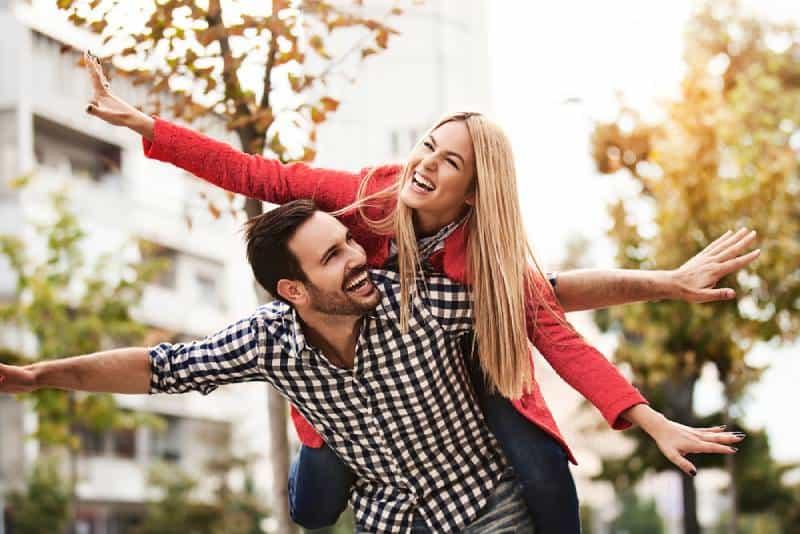 Un jeune couple heureux profite de la ville.