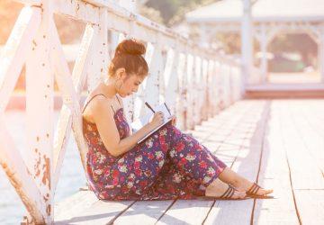 femme écrivant une lettre sur le pont