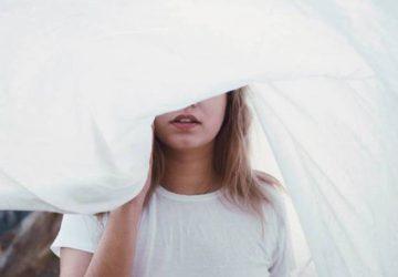 portrait d'une femme tenant une couverture