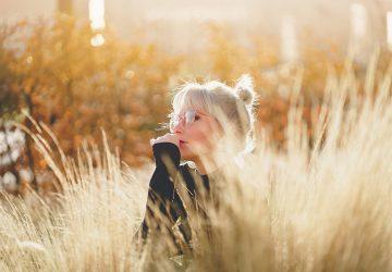 femme blonde dans le domaine