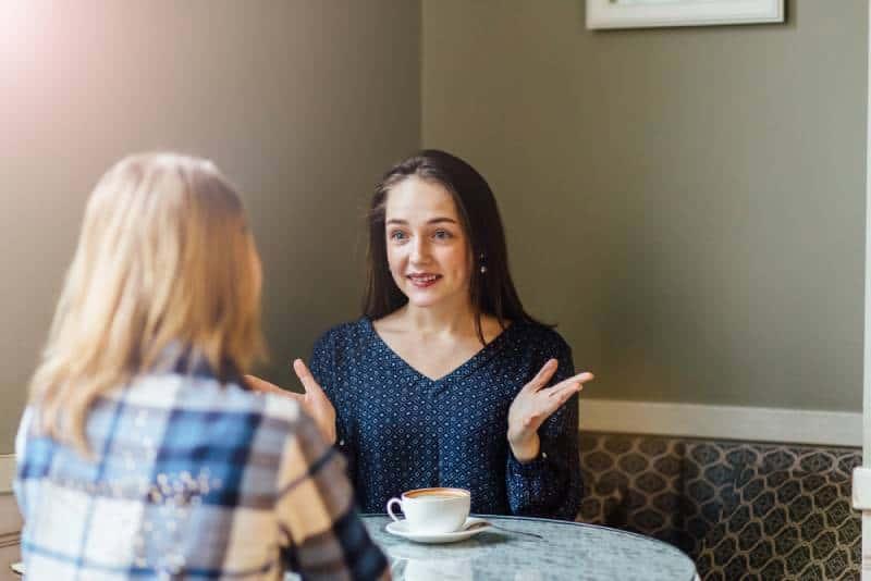 amis parlant au café