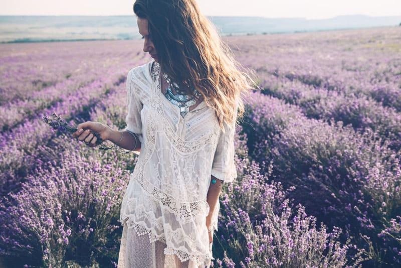 belle femme dans le champ de lavande