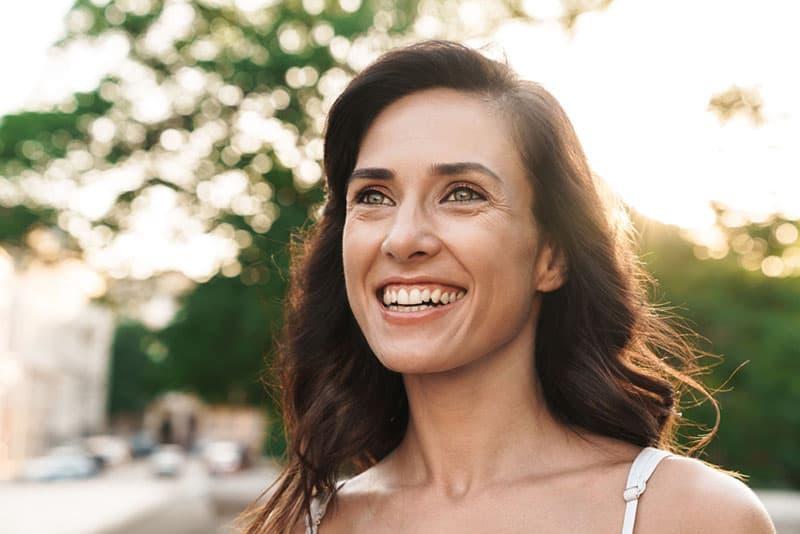 charmante femme souriante