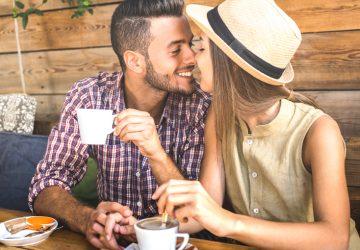 un gars qui garde une tasse de café et embrasse une fille