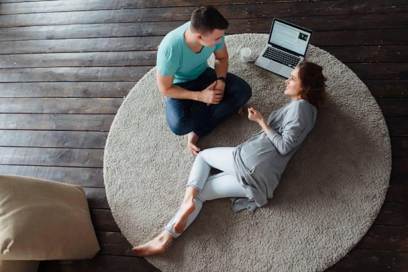 couple allongé sur le tapis et qui parle