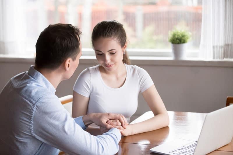 couple heureux, parler au bureau