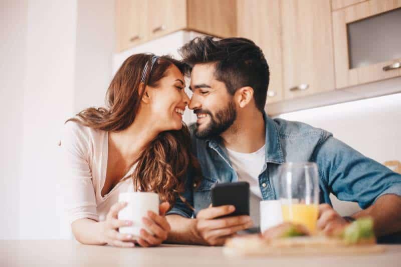 couple romantique assis dans la cuisine