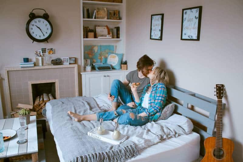 couple s'embrassant dans la chambre