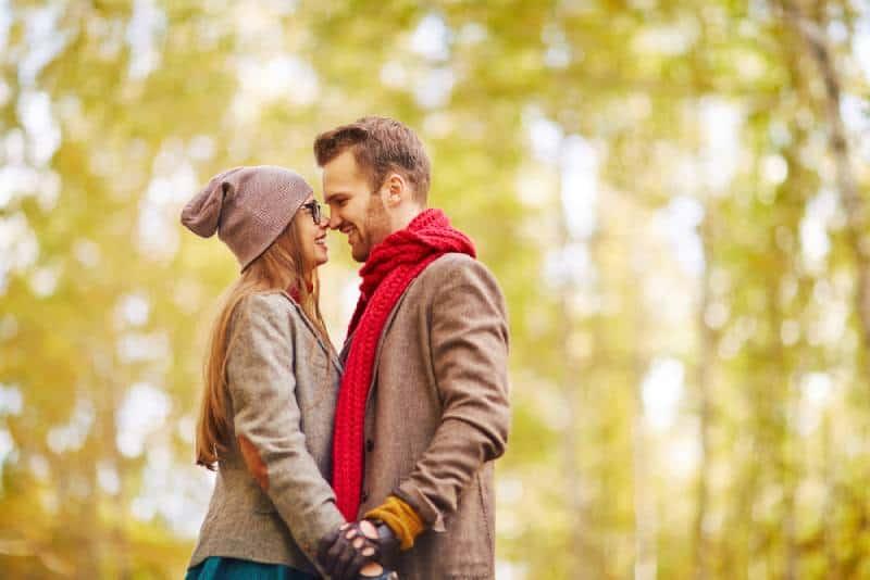 couple souriant face à face dans la nature
