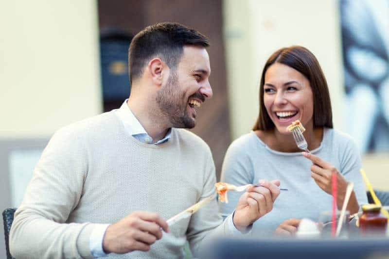 couples heureux appréciant au restaurant