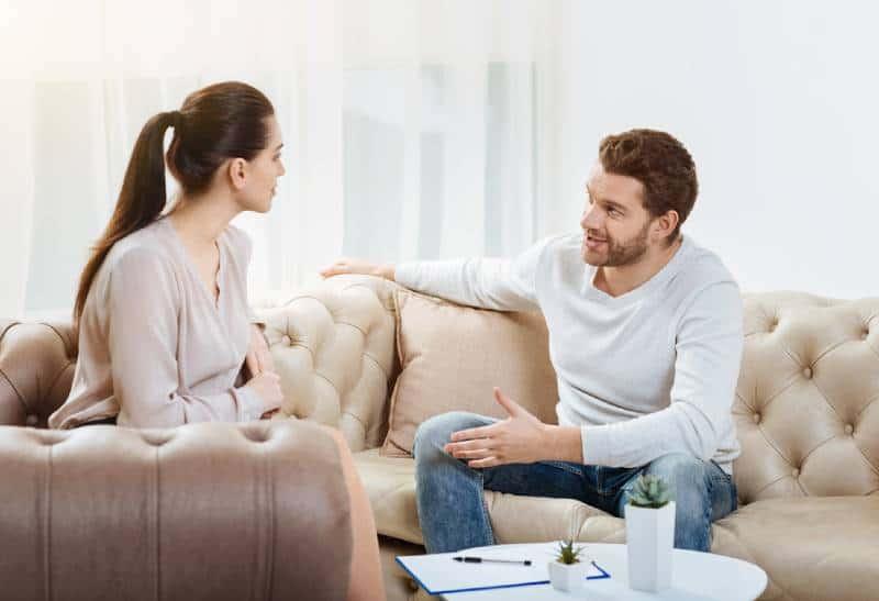 couples parlant et s'asseyant sur le sofa