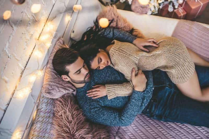 couples romantiques passant du temps à la maison