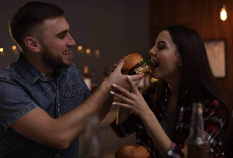 déjeuner de jeune couple au restaurant