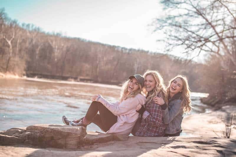 des amies heureuses au bord du lac