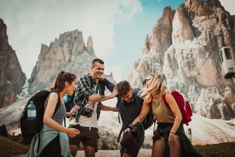 des amis qui s'amusent en montagne
