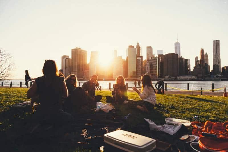 des gens assis sur un champ d'herbe