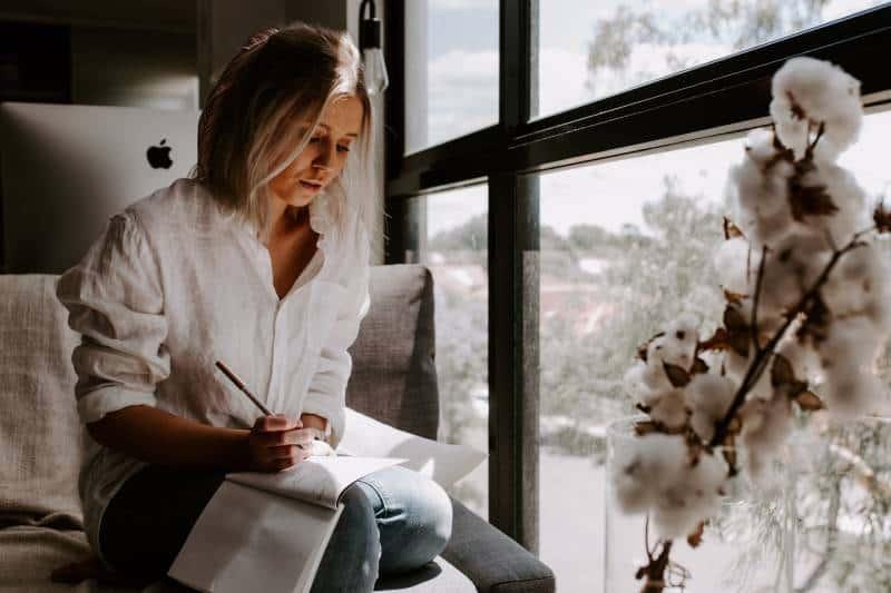 femme écrivant une lettre à la maison
