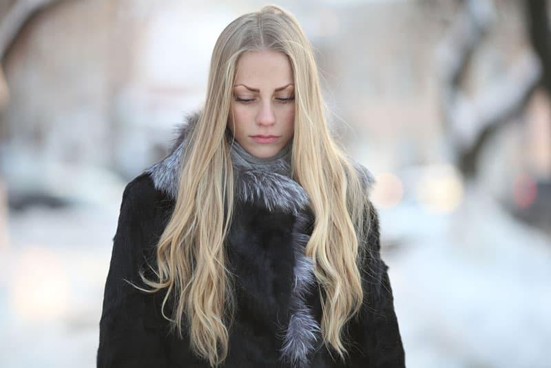 femme blonde triste se promener
