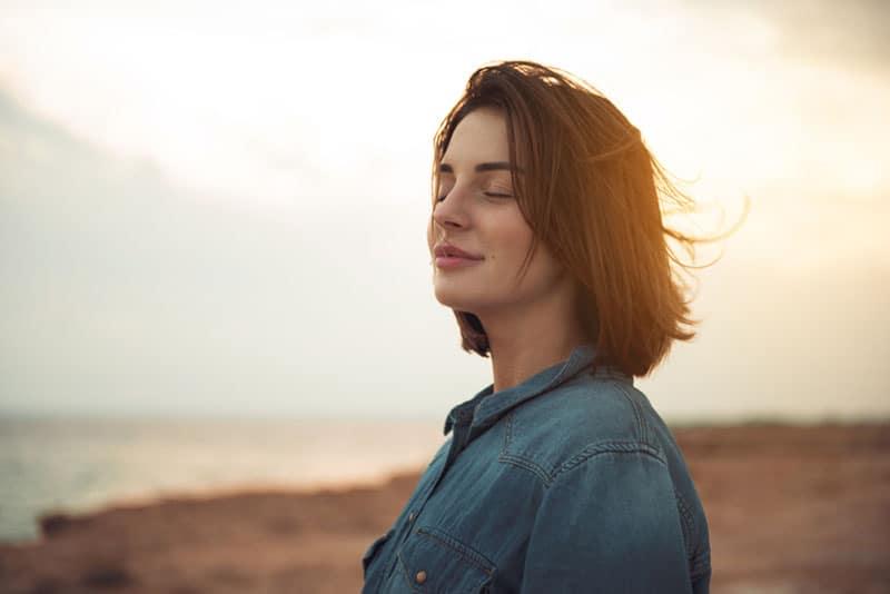 femme calme, debout, plage
