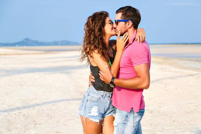 femme heureuse embrassant son petit ami