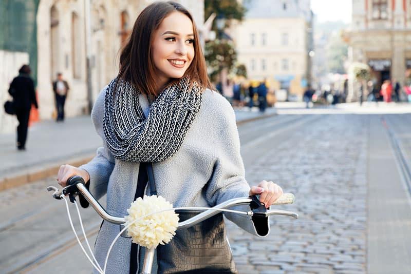 femme heureuse, faire du vélo
