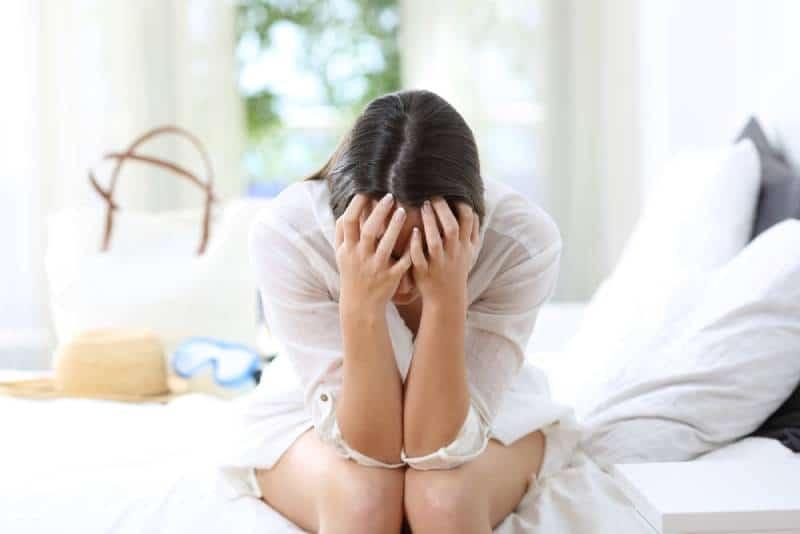 femme triste se plaignant dans une chambre d'hôtel pendant les vacances