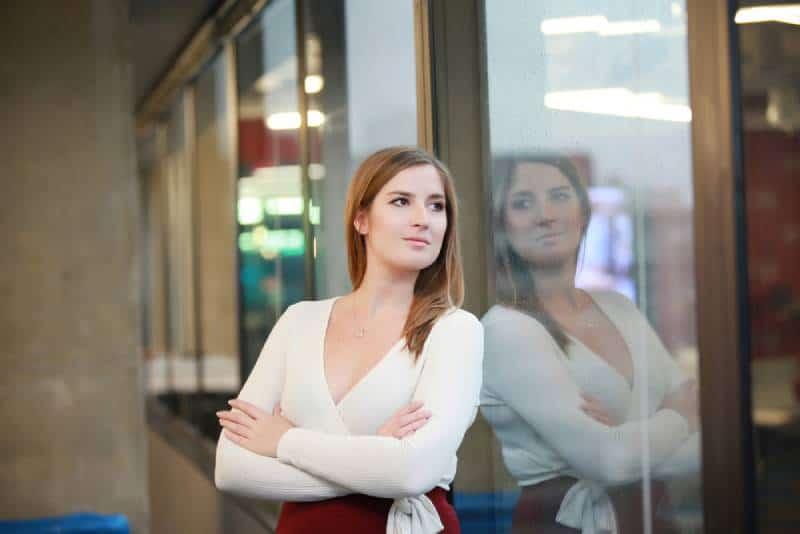 fille regardant par la fenêtre american beauty female