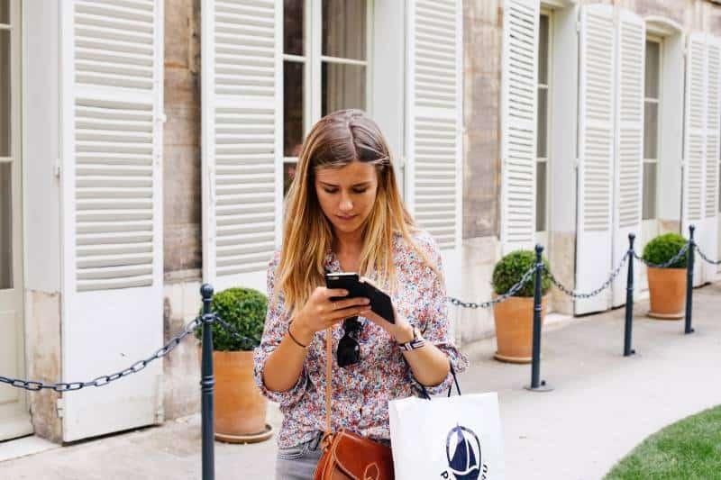 fille tapant des sms à l'extérieur