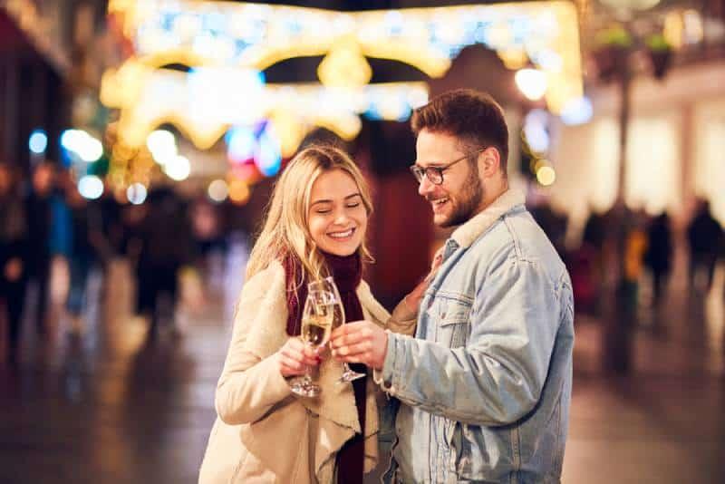 heureux Couple buvant du champagne à l'extérieur