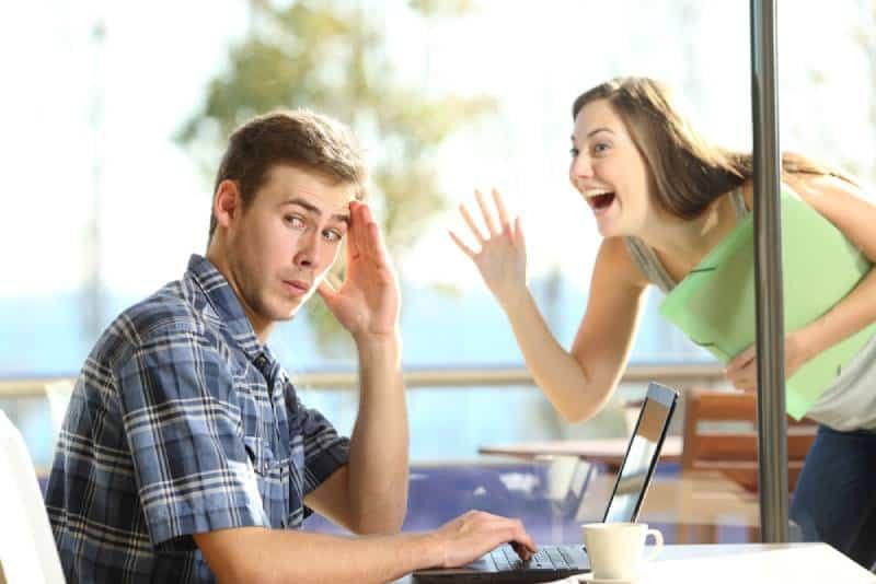 homme ignorant la fille qui traque