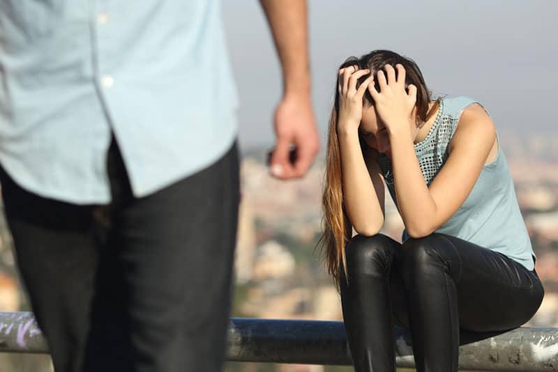 homme laissant une fille en larmes