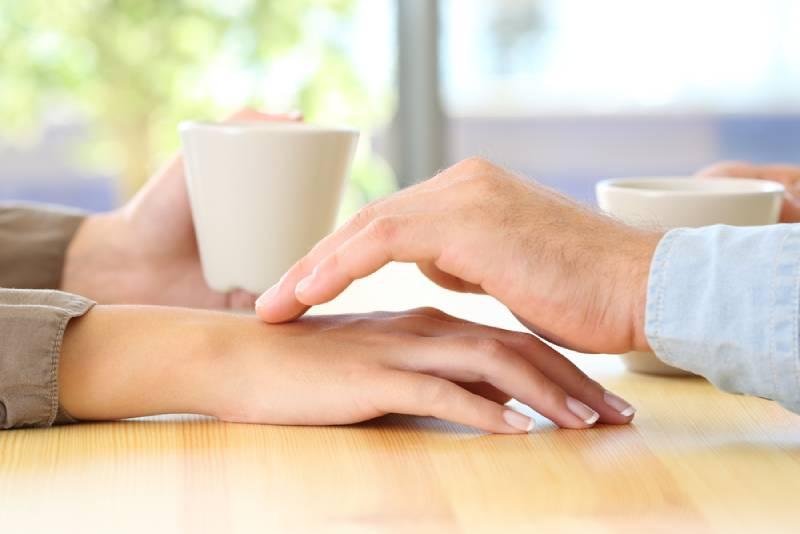 homme touchant des mains de sa petite amie au visage