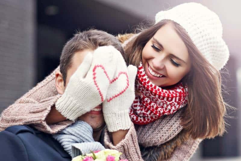 jeune couple avec des fleurs datant dans la ville